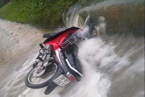 Hà Tĩnh: Người đàn ông tử vong khi cố đi qua đập tràn nước chảy xiết