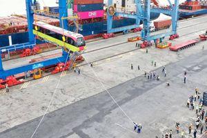 Cận cảnh công nhân xếp dỡ tàu đường sắt đô thị Nhổn - ga Hà Nội