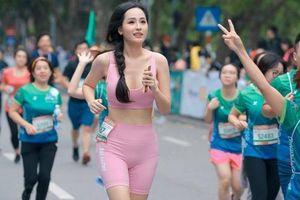 Mai Phương Thúy áo hồng nổi bật, cao 'choáng ngợp' khi chạy đua