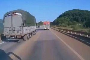 Camera giao thông: Cố tình vượt ẩu, xe tải suýt gây 'đại họa' trên cao tốc Hà Nội - Lào Cai