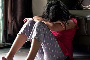 Thường ngủ cùng con trai nhỏ trong phòng riêng, người vợ không ngờ chồng mình âm thầm thực hiện hành vi bệnh hoạn sau lưng cô suốt hơn 20 năm