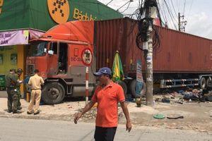 Container lao lên vỉa hè ở Bình Dương, nhiều người thoát chết