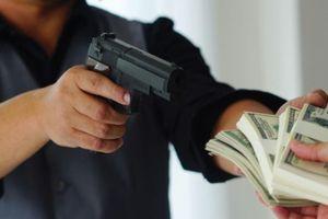 Kẻ bịt mặt dùng dao uy hiếp cô gái chuyển tiền vào tài khoản
