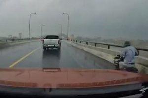 Ôtô chắn gió cho xe đạp điện đi qua cầu ở Ninh Bình