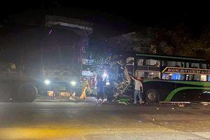 Xe khách tông đuôi ôtô tải, 5 người bị thương
