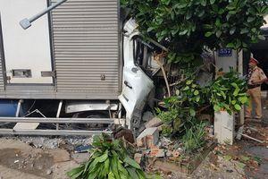 Tai nạn giao thông mới nhất hôm nay 19/10: Xe tải đâm nát xe máy, lao vào nhà dân