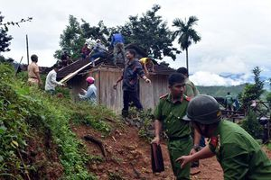 Khẩn cấp di dời người dân ra khỏi vùng sạt lở, ngập lũ