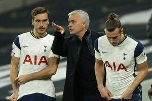 Mourinho tức điên khi Tottenham đánh rơi chiến thắng