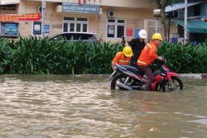 TP HCM: Triều cường biến đường thành sông, người dân khốn khổ lưu thông