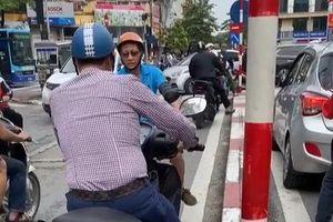 Clip: Cuộc 'đụng độ' giữa hai xe máy khiến cả con đường náo loạn, dân tình còn bất ngờ hơn khi phát hiện thêm điều bất thường khác
