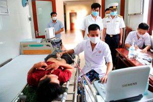 Trung tâm Y tế thị trấn Trường Sa cấp cứu ngư dân bị viêm ruột thừa cấp