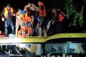Giải cứu 18 người trên xe khách bị kẹt do lũ cuốn