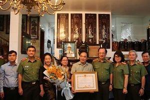 Trao Huân chương Quân công hạng Nhất tặng Thượng tướng Bùi Quang Bền