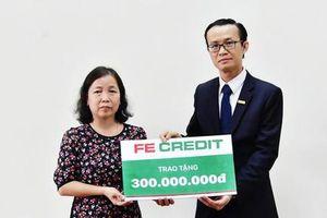 Trao tặng gia đình liệt sĩ Phạm Văn Hướng 300 triệu đồng