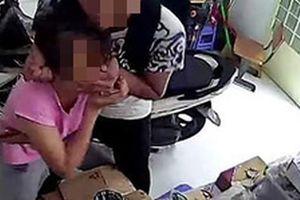 Ngồi 1 mình trong cửa hàng điện thoại, cô gái bị tên cướp kề dao vào cổ bắt chuyển 50 triệu đồng qua tài khoản
