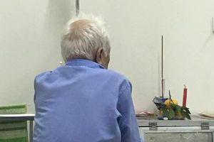 Cụ ông bật khóc, đĩa quýt và nén nhang đặt vội trong phòng bệnh khiến người chứng kiến 'nhói lồng ngực'