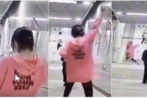 Vừa đi vừa cắm mặt vào điện thoại, cô gái bước hụt, ngã lao đầu xuống cầu thang ở ga tàu