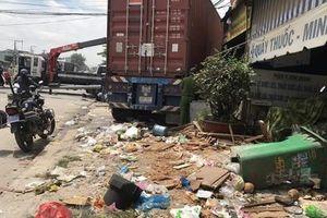 Bình Dương: Xe container mất lái đâm vào 5 cửa hàng, siêu thị