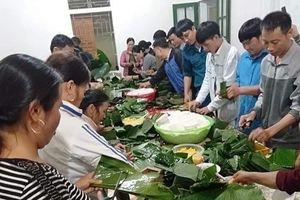 Người dân Nghệ An thức đêm làm bánh chưng gửi sang Hà Tĩnh