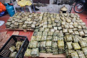 Người Hà Nội gói bánh chưng gửi đồng bào miền Trung