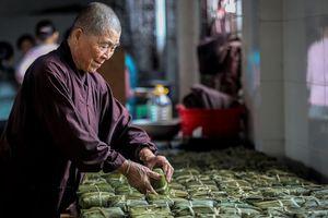 Chùa ở Hà Nội gói 10.000 bánh chưng ủng hộ miền Trung
