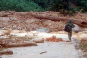 Nước lũ cô lập 16 em học sinh giữa vùng núi Hướng Sơn