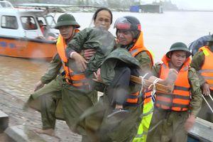 Cõng bộ, đẩy bè chuối và chở ca nô vượt lũ đưa 3 nạn nhân đi cấp cứu
