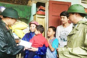 Bộ Quốc phòng và lãnh đạo tỉnh Quảng Trị thăm, tặng quà người dân bị ngập lụt nặng