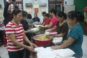 Tổ chức nấu nhiều suất ăn, đưa đến hỗ trợ người dân vùng lũ Quảng Trị