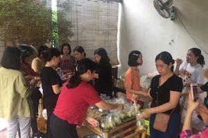 Bữa cơm nghĩa tình của thầy cô trường Đông Hà giúp bà con vùng lũ