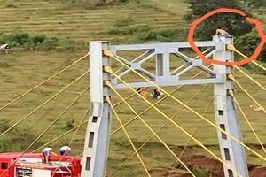 Gia Lai: Một người đàn ông trèo lên đỉnh tháp cầu dây văng