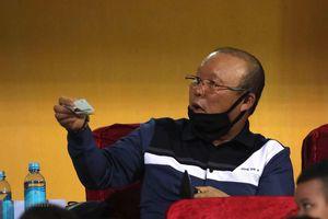 HLV Park Hang-seo rút ví ủng hộ đồng bào miền Trung ngay trên khán đài