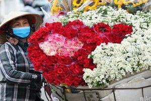 Những người phụ nữ 'gánh hàng hoa' trong ngày 20/10