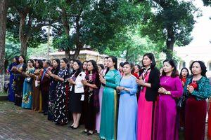 Cán bộ, đoàn viên công đoàn huyện Thường Tín dâng hương tại Hoàng Thành Thăng Long