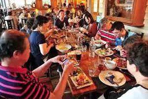 Bạn gái dẫn 23 người nhà tới 'ăn ké' trong buổi hẹn hò đầu tiên, chàng trai có hành động gây tranh cãi