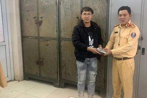 Cảnh sát giao thông trả lại chiếc ví đánh rơi cho 1 sinh viên