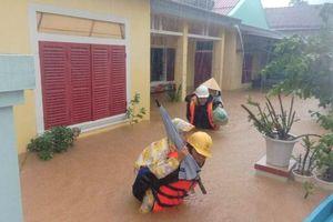 Quảng Bình: Hình ảnh đẹp của người công nhân điện lực cứu người trong mưa lũ