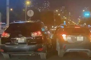Màn rượt đuổi như trong phim giữa 2 xe ô tô ở Hà Nội