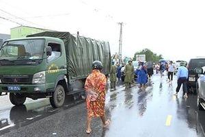Công an Quảng Bình vượt lũ mang nhu yếu phẩm đến với người dân
