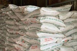 Phát hiện 40 tấn phân bón làm bằng đất trộn bột đá
