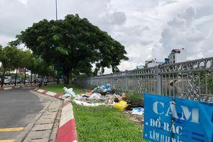 Bãi rác tự phát 'tấn công' con đường đẹp nhất Sài Gòn