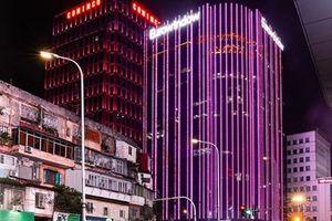 Hàng loạt tòa nhà thắp sáng màu hồng hưởng ứng chiến dịch 'Chung tay vì người phụ nữ tôi yêu'