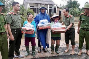 CBCS Phòng Tổ chức Cán bộ - CATP Đà Nẵng thăm, sẻ chia với bà con Cam Thủy - Quảng Trị bị ngập lũ nặng