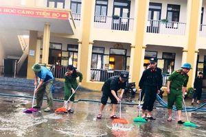 Hối hả tổng vệ sinh trường lớp sau lũ đón học sinh