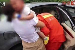 Con mắc kẹt trong ô tô tới kiệt sức, cha mẹ vẫn từ chối lời đề nghị này của cảnh sát