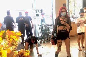 Người đàn ông bị cô gái dùng dây dắt đi như thú cưng gây tranh cãi 'bùng nổ' mạng xã hội
