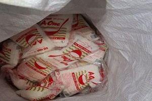Phát hiện cơ sở đóng gói hàng trăm gói bột nêm không rõ nguồn gốc