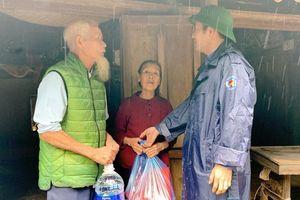 Hải quan Quảng Bình tổ chức thăm hỏi, tặng quà bà con vùng lũ