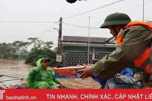 Thuyền 'dã chiến' cứu trợ đắc lực cho người dân vùng tâm lũ ở Hà Tĩnh