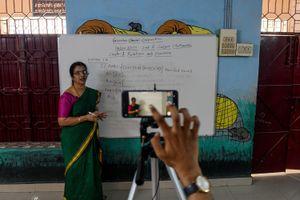 Nữ sinh Ấn Độ ở ngoài lề các lớp học online